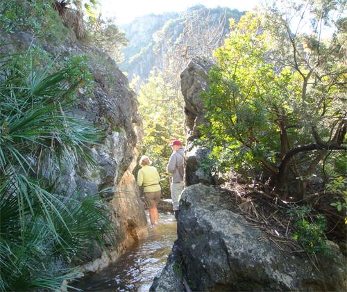 Acequia, entre las rocas