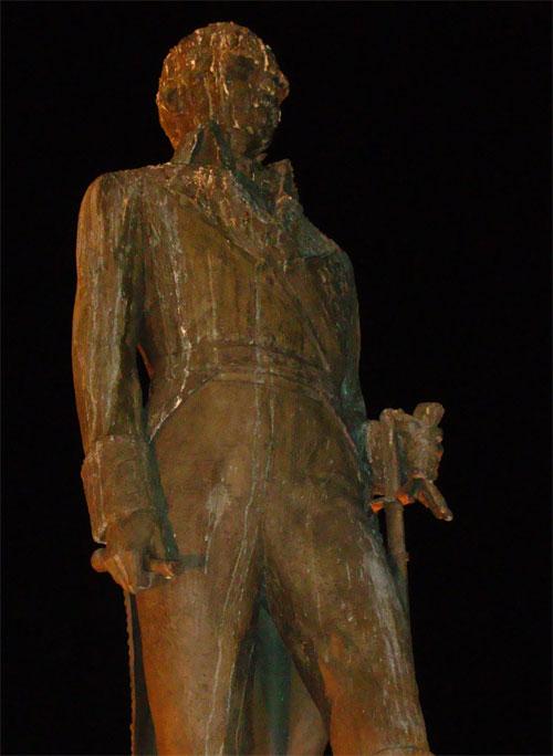 Escultura marqués del Duero sucia